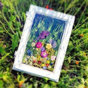 Fenster mit Blick auf Blumenwiese